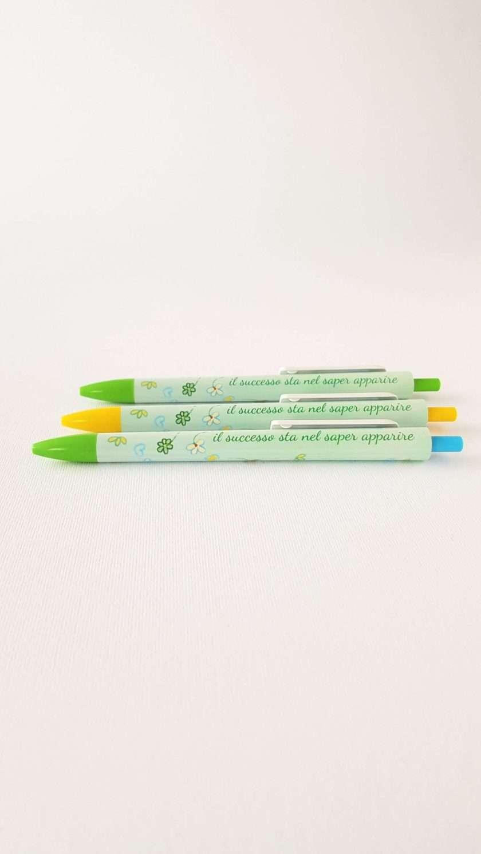 Penna a sfera verde con inchiostro blu e frase stampata Le Stordite